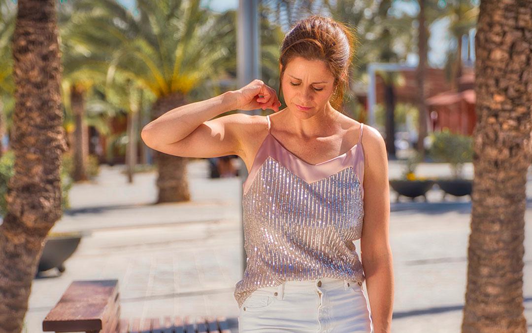 Doble outfit: las lentejuelas también pueden llevarse de día